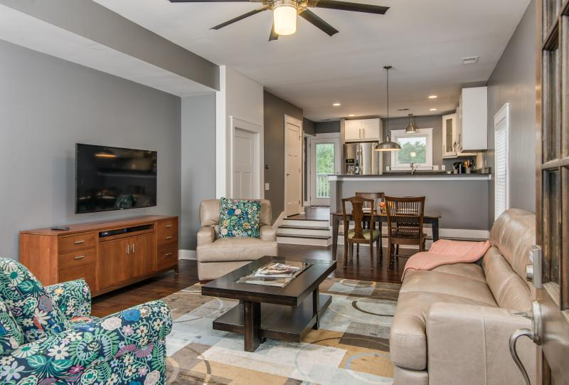 5BD Half Mile to Tourist Spots Lots of Amenities, vacation rental in Nashville
