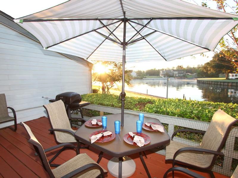 Fun Waterfront Condo - Pool, Golf, Fishing, holiday rental in Plantersville