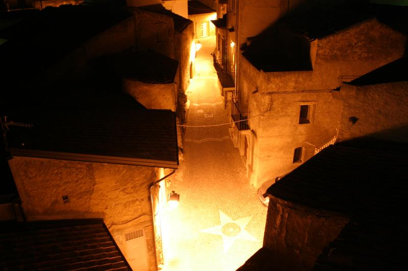 El pequeño callejón en la noche, que es Sicilia