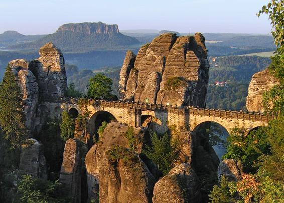 Bastei, Basteibrücke -im Hintergrund der Lilienstein