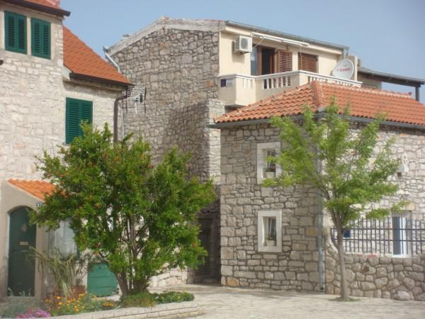 Old stone house - Apartment Klarin, alquiler de vacaciones en Jezera