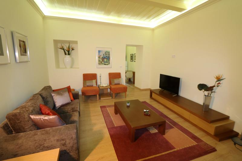 Spacious, great location with garden terrace, aluguéis de temporada em Luso