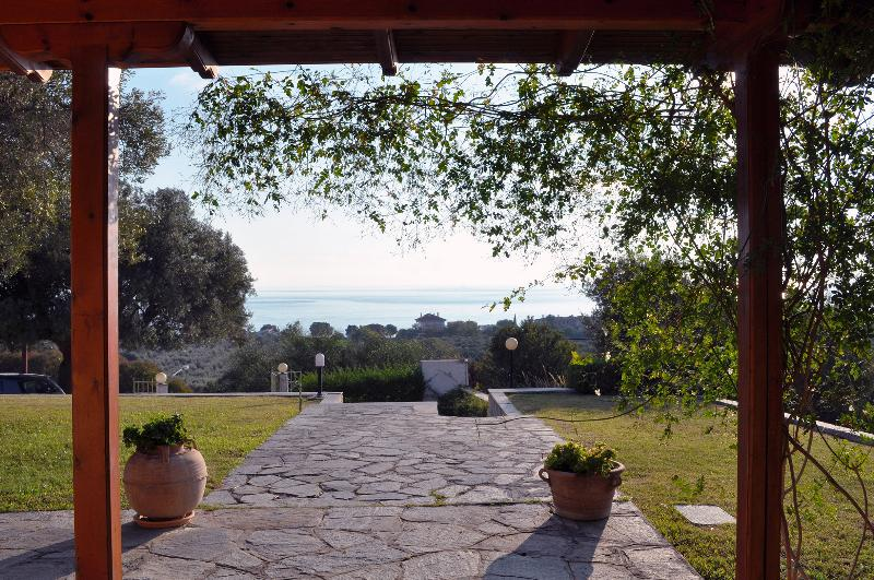 IDEAL HOUSE FOR A RELAXING HOLIDAY NEAR THE SEA, holiday rental in Loutra