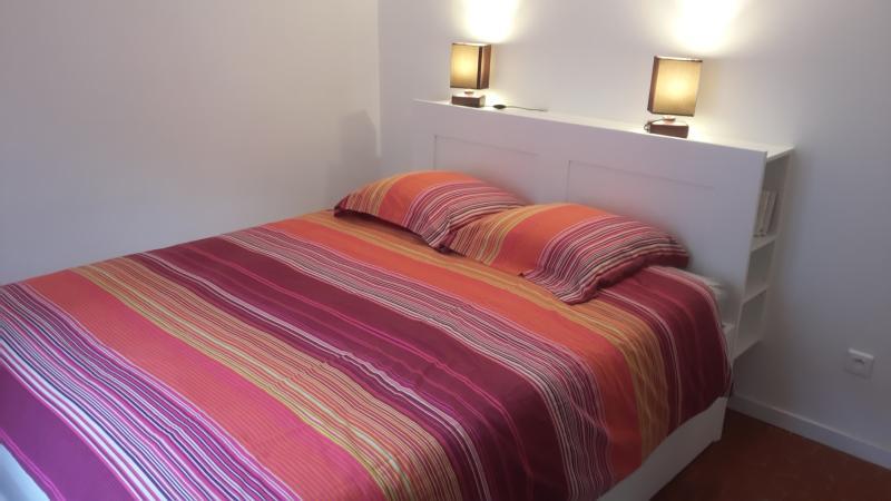 la chambre à coucher où se trouve également un grand placard à portes coulissantes
