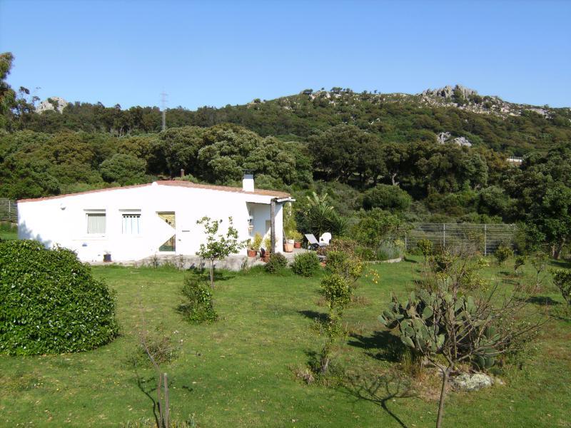 Vorderansicht des Ferienhauses und Südterrasse, mit Blick auf die Straße von Gibraltar und Afrika.