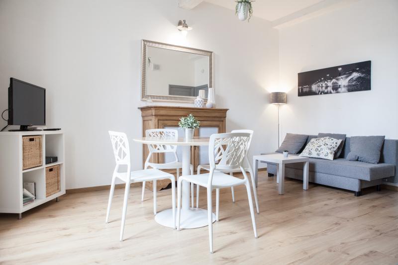 Joli appartement entièrement rénové au calme + pkg, location de vacances à Villenave D'ornon