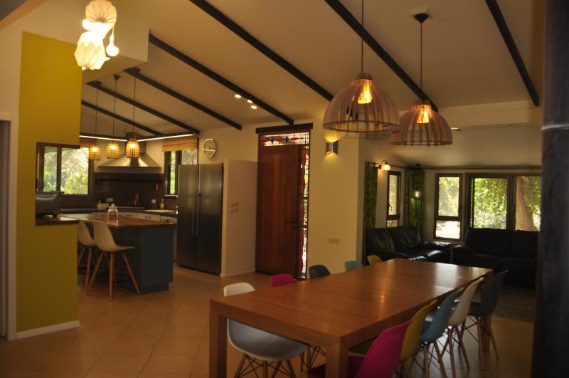 Uitzicht op de eettafel en de voordeur en keuken en woonkamer