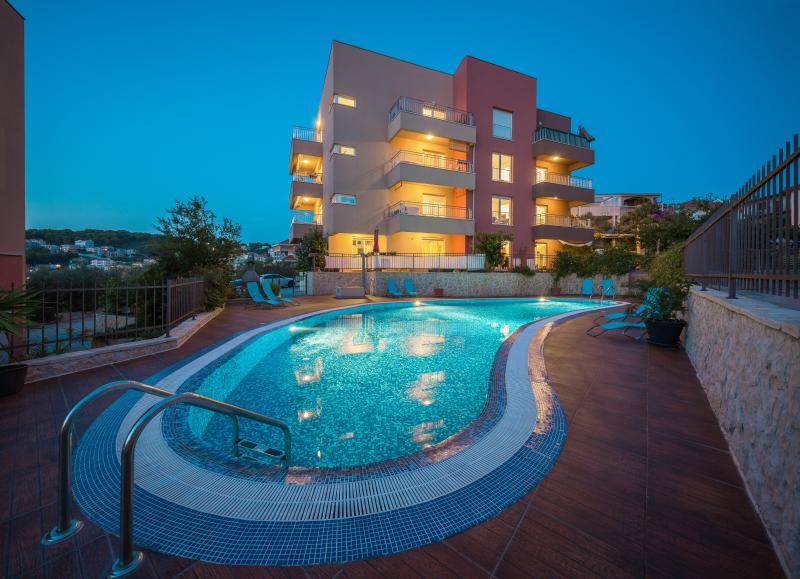 Beautiful apartment by the sea with pool size115m2, holiday rental in Okrug Gornji
