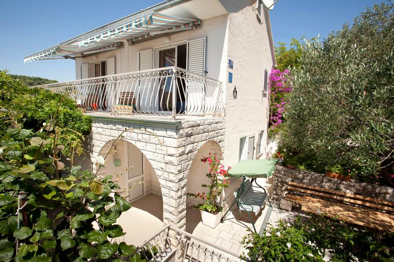 Villa Perla surrounded with vegetation & sea view, holiday rental in Okrug Gornji