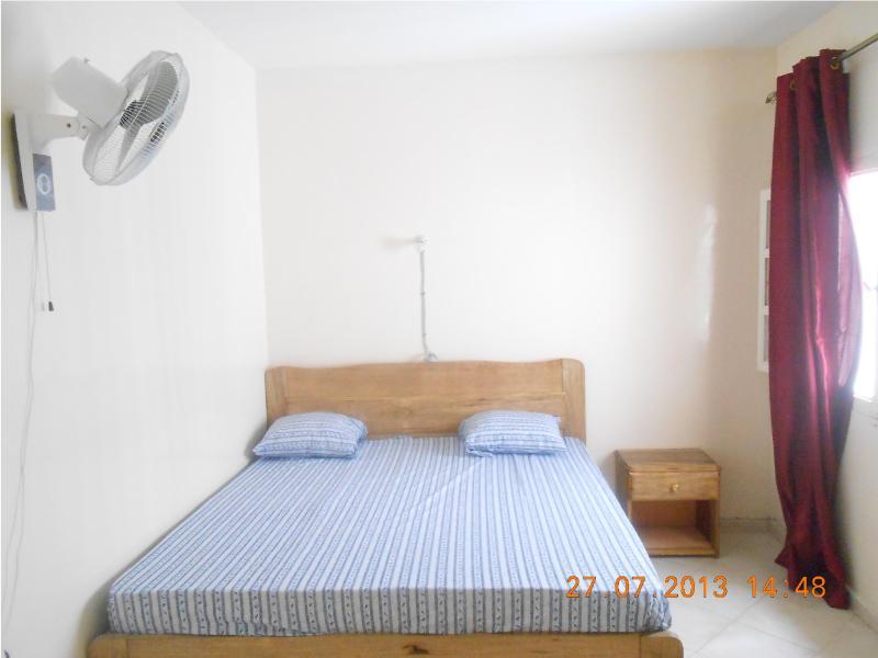 Appartement meublé et climatisé proche du Monument, aluguéis de temporada em Pointe des Almadies