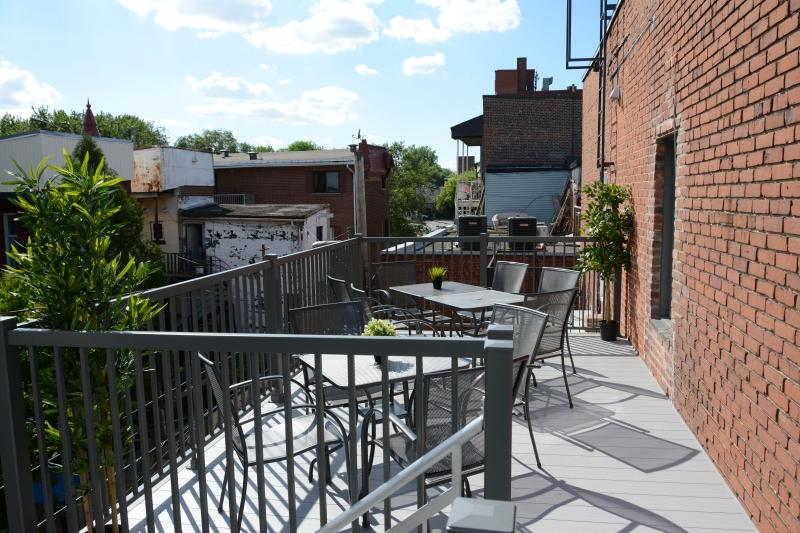 Top Floor - Huge Sunny Terrace - Perfect for Gatherings - 95% Walk Score!, vacation rental in Montreal