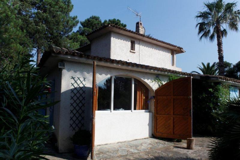 STUDIO 2 PERSONNES PIEDS DANS L EAU, location de vacances à Corse-du-Sud