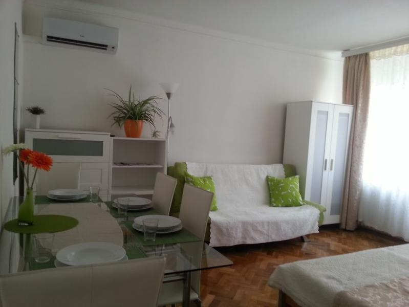 Close to center, top floor & peaceful apartment, holiday rental in Gyal
