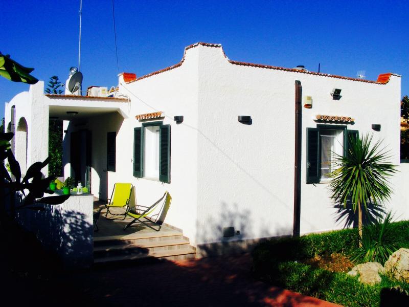 FONTANE BIANCHE 'VILLA GIOVANNA ' A 300MT DALLA SPIAGGIA , GIARDINO E PISCINA, vacation rental in Cassibile