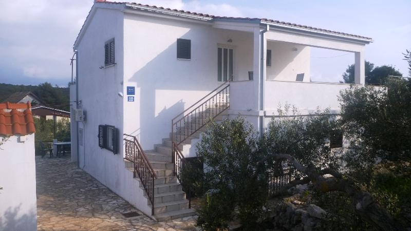 Apartments Oliva - A2, vacation rental in Maslinica