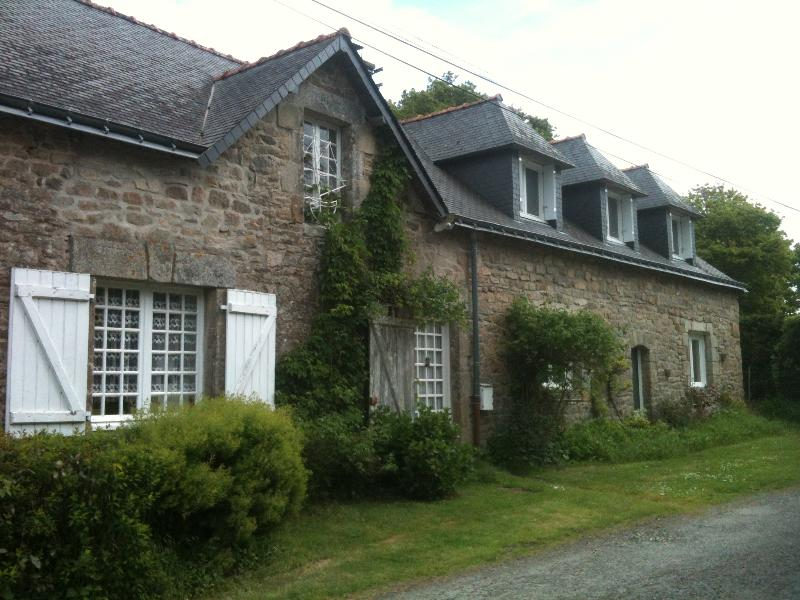 Jolie maison de campagne avec grand jardin arboré, vacation rental in Arzano