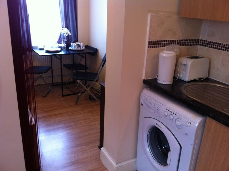 Trendy and Classy Westfield Studio Apartment, holiday rental in Walthamstow