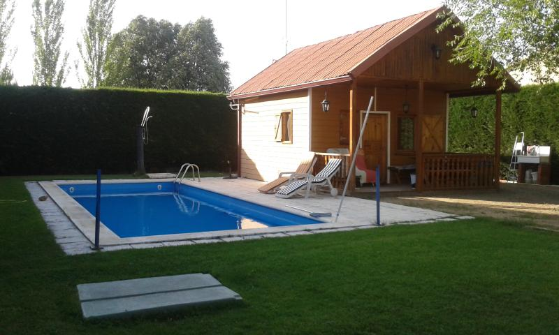 casa de madera con piscina, holiday rental in Abades