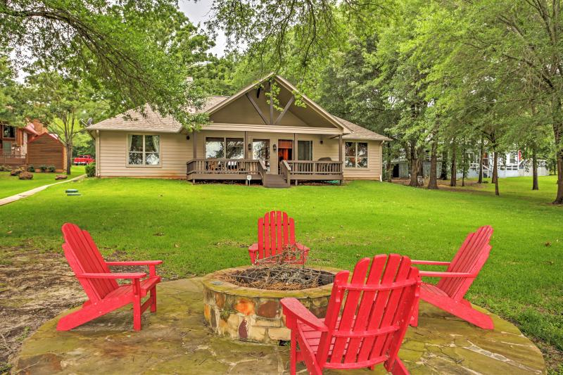 Eustace Lakefront House w/ Private Dock + Views!, holiday rental in Eustace