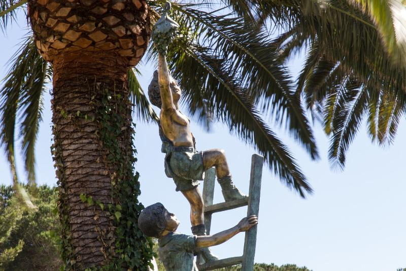 estatuas Darden bajo las palmeras