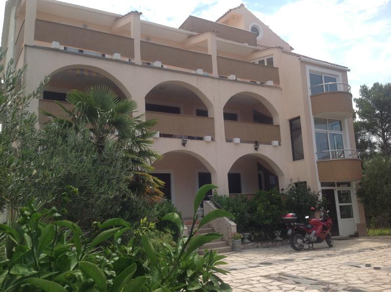 Villa Mirloti Luxury-Brodarica-Sibenik-Sleeps 10, vacation rental in Brodarica