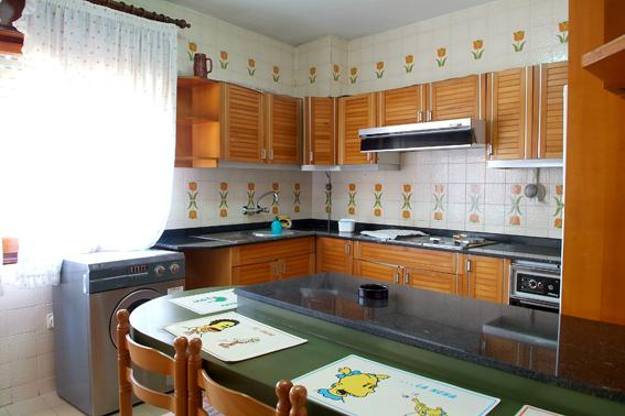Cocina equipada con cocina y calentador de gas, horno, batidora, nevera, microondas, lencería, etc