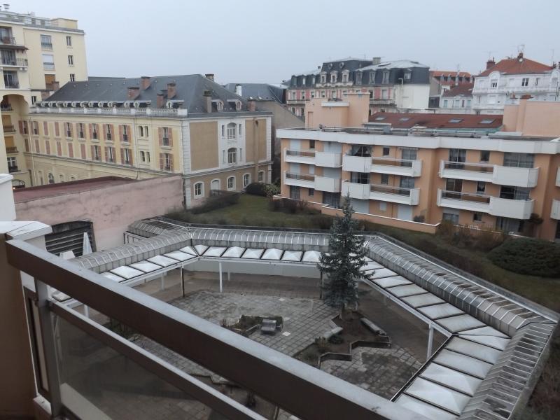 Vue sur le patio intérieur de la résidence et les toits de Vichy