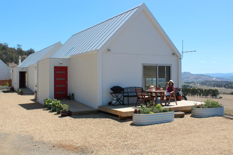 Eco brand new farm cottage near Hobart & airport, casa vacanza a Greater Hobart