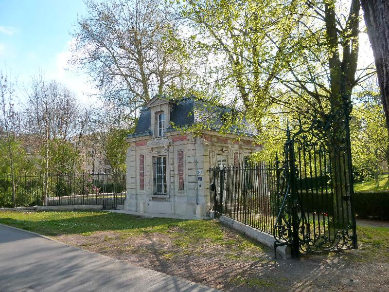 The house and its gate facing the castle Caillebotte.