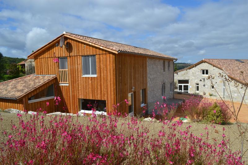 Anciennes granges restaurées en hébergement et centre de bien-être.