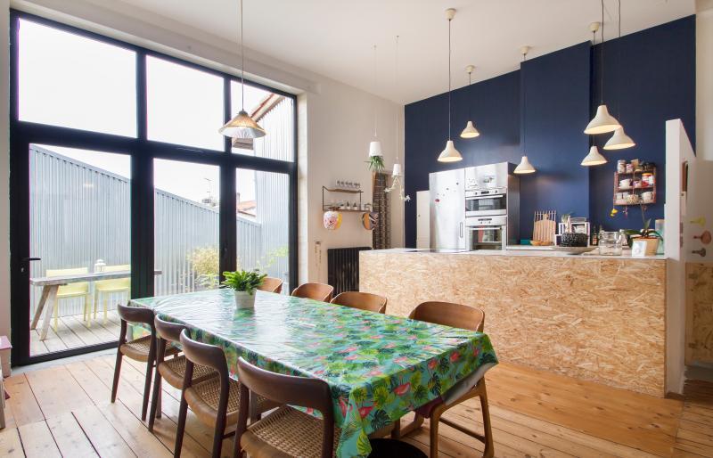Bel appartement rénové style loft avec terrasse, vacation rental in Talence