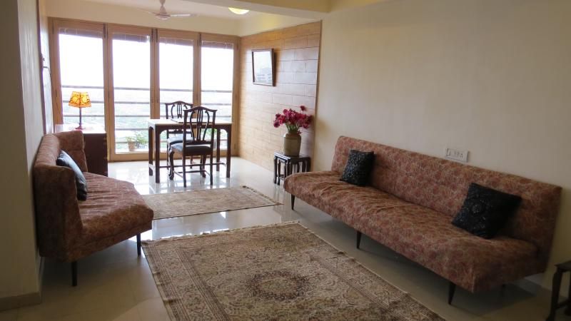 Beautiful spacious harbour view apartment, vacation rental in Mumbai