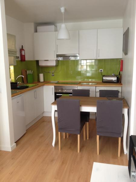 Fully equipped kitchen with solid wood worktops