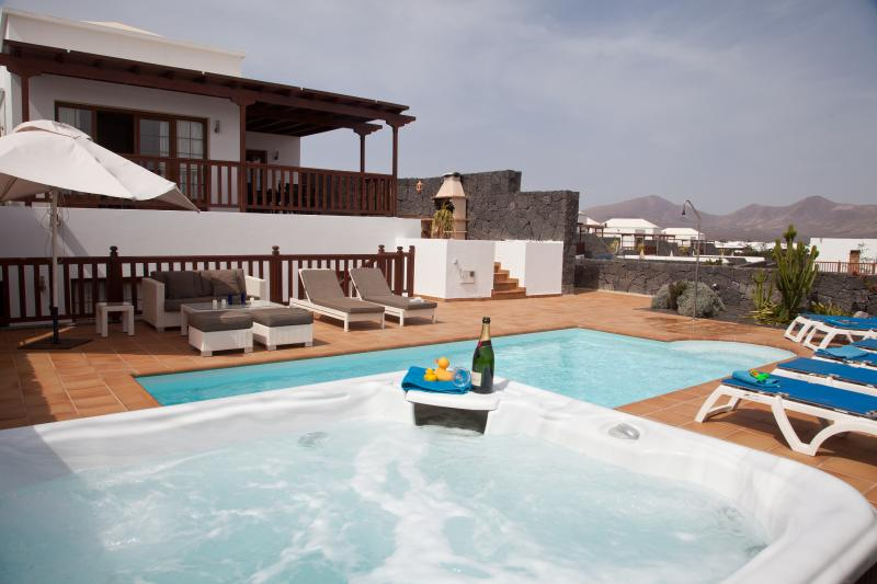 LUXURY VILLA, HOT TUB, PRIVATE POOL,  SEA VIEWS, vacation rental in Playa Blanca