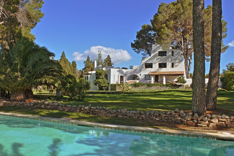 Ibizan house- 6 bedroom+,2 pools , lush garden, location de vacances à Port d'es Torrent