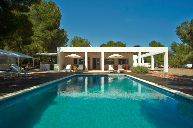 Cala Jondal- Modern 4 bedroom house pool all mod cons quiet excellent location, holiday rental in Sant Josep de Sa Talaia