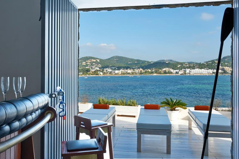 Seafront house great views great location 4 bdr, casa vacanza a San Carlos