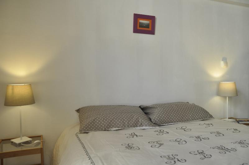 A área do quarto 160 de cama, duas mesas de cabeceira, candeeiros de cabeceira