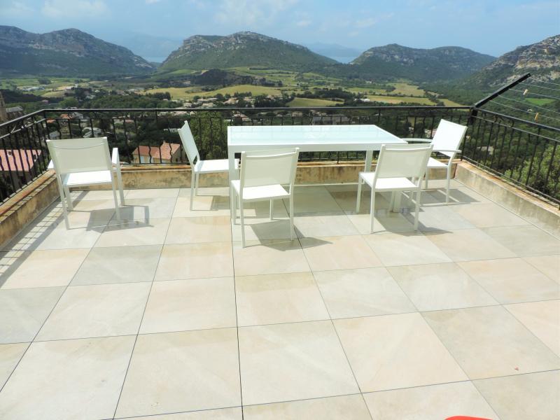 Terrasse de 25 m² avec meubles de jardin, barbecue. Vue très reposante
