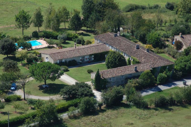Gîte pour 4 dans Manoir avec piscine, alquiler vacacional en Saint-Ferme