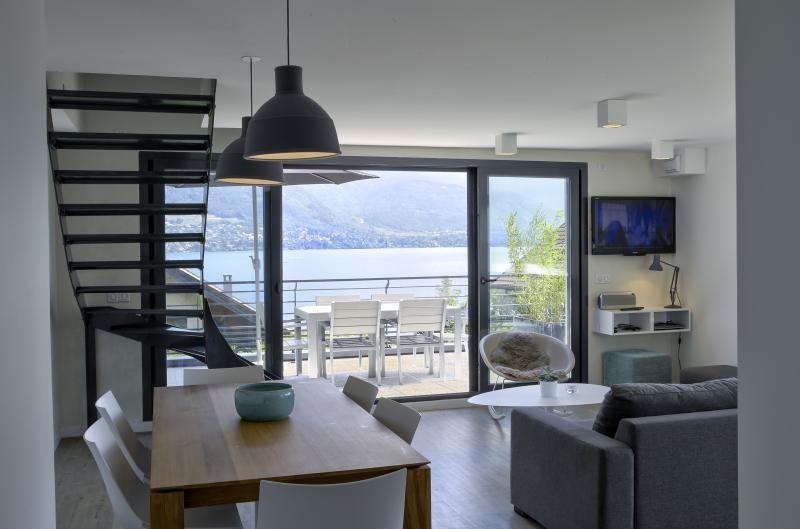 Le Loft au bord du lac avec une vue unique, location de vacances à Sevrier