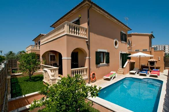 VILLA PRIVATE POOL READY AND SAFE, 2 STAGE CLEANING, 1ST CLEANING, 2NDESINFECTED, vacation rental in Alcudia