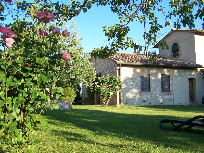 Country cottage with view - Poggetto di Montese, Le Rondini apt, location de vacances à San Gimignano