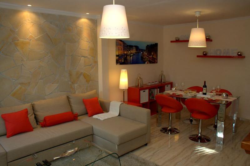 ELEGANTE CASA URB. CERRADO DE CALDERON, MALAGA, Ferienwohnung in Málaga