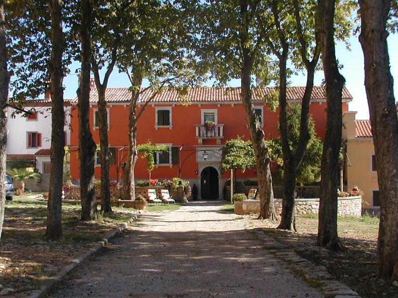SMREKA-PALACE LAZZARINI-BATTIALA, holiday rental in Nedescina