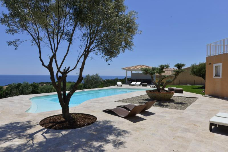 PROPRIETE DE PRESTIGE  480m2avec piscine chauffée, 6 chambres vue mer féerique, alquiler vacacional en Solenzara