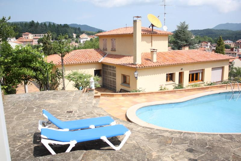 Whole rustic mansion with garden and pool, aluguéis de temporada em Viladrau