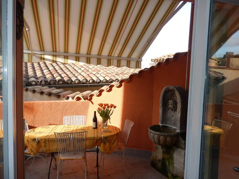 Sunny Terrace in Town Center, vacation rental in L'Isle-sur-la-Sorgue