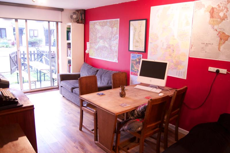 Entire Canalside apartment Sleep 8 Garden Parking, holiday rental in Walthamstow