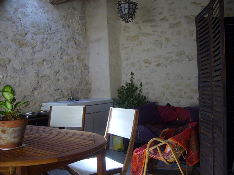 la terrasse logia avec cuisine d'été et vue sur le patio. Très calme.